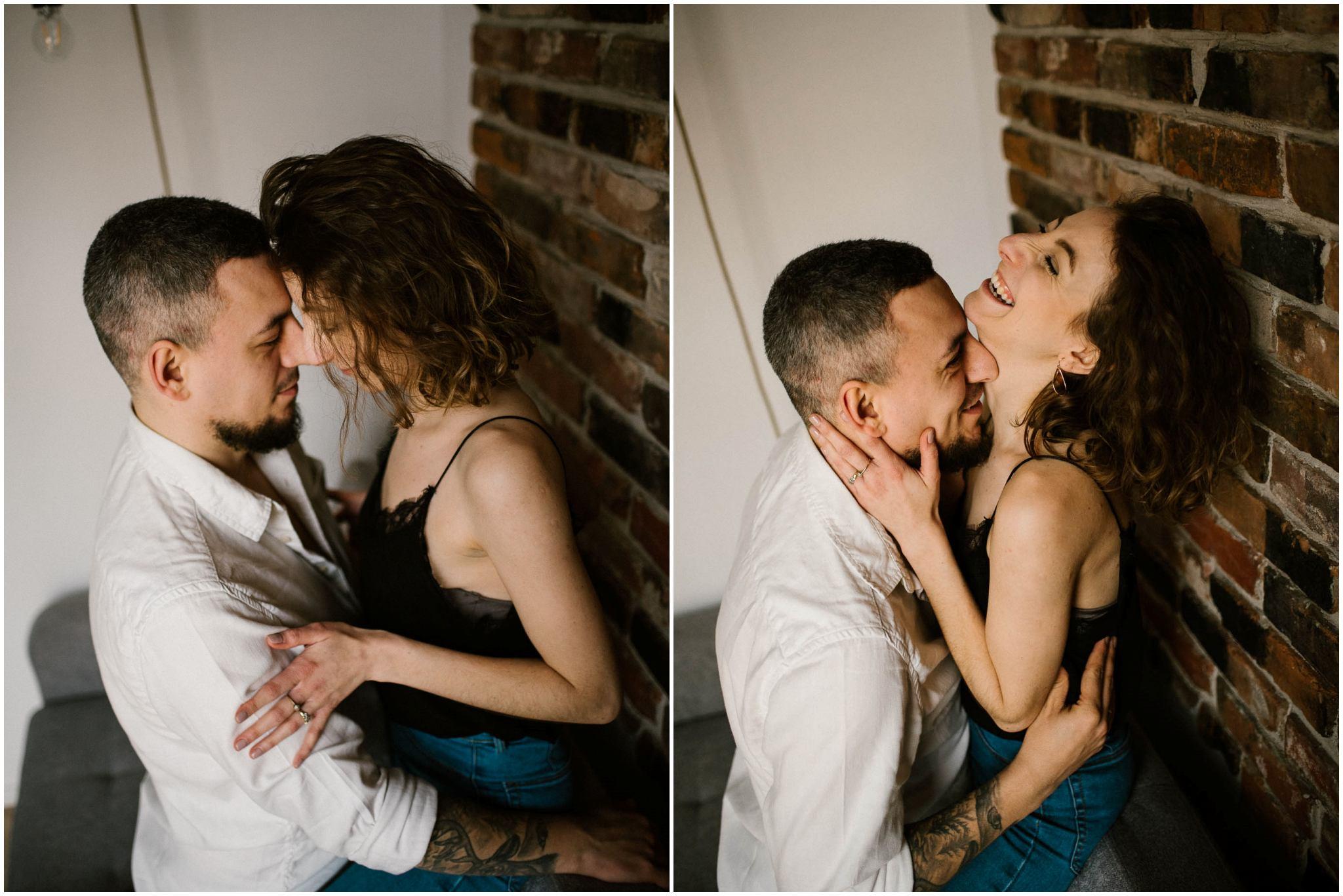 Para przytula się i całuje stojąc przy ścianie - sesja sensualna pary lifestyle w Poznaniu
