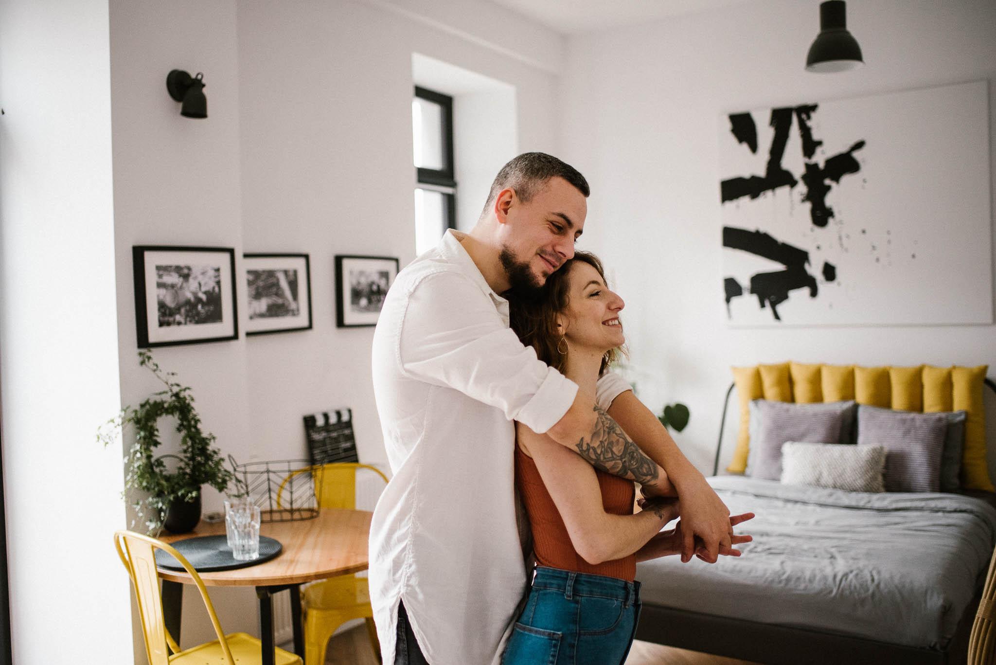 Para trzyma się za ręce w salonie - sesja sensualna pary lifestyle w Poznaniu