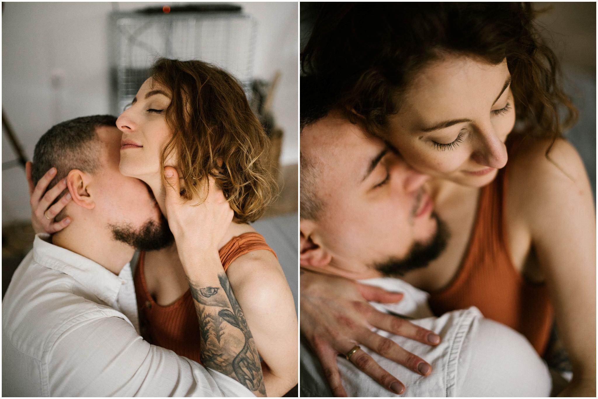 Mąż całuje żonę i ją przytula - sesja sensualna pary lifestyle w Poznaniu