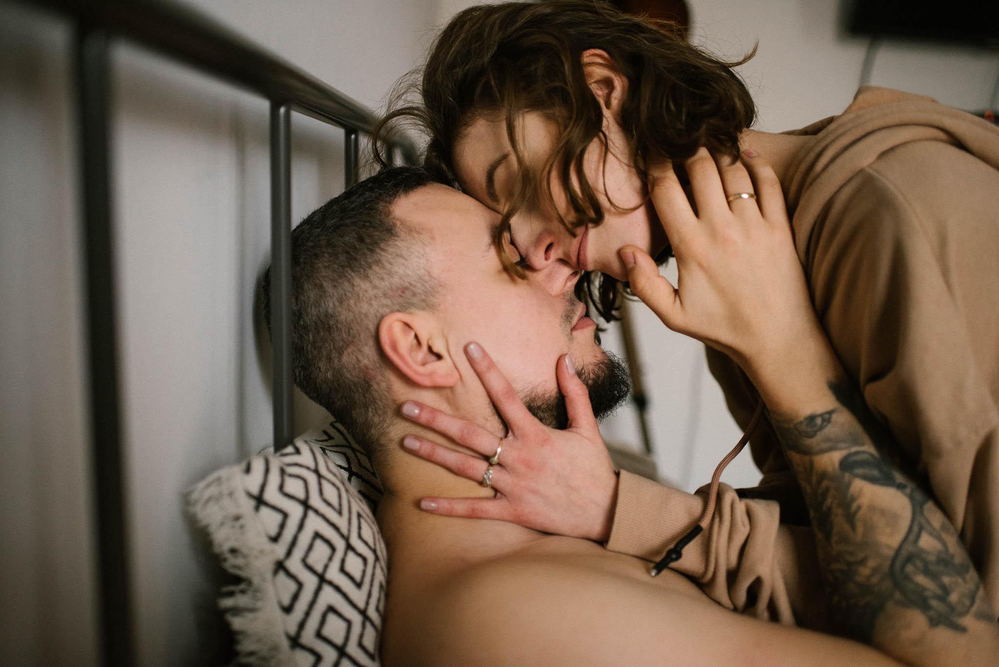 Para dotyka się i całuje w sypialni - sesja sensualna pary lifestyle w Poznaniu
