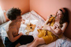 Mama i tata piją herbatę w łóżku - Sesja niemowlęca lifestyle w domu Poznań