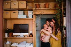 Rodzice trzymają synka na rękach -Sesja niemowlęca lifestyle w domu Poznań