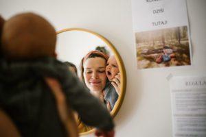 Niemowlę ziewa, przegląda się z mamą w lustrze - Sesja niemowlęca lifestyle w domu Poznań