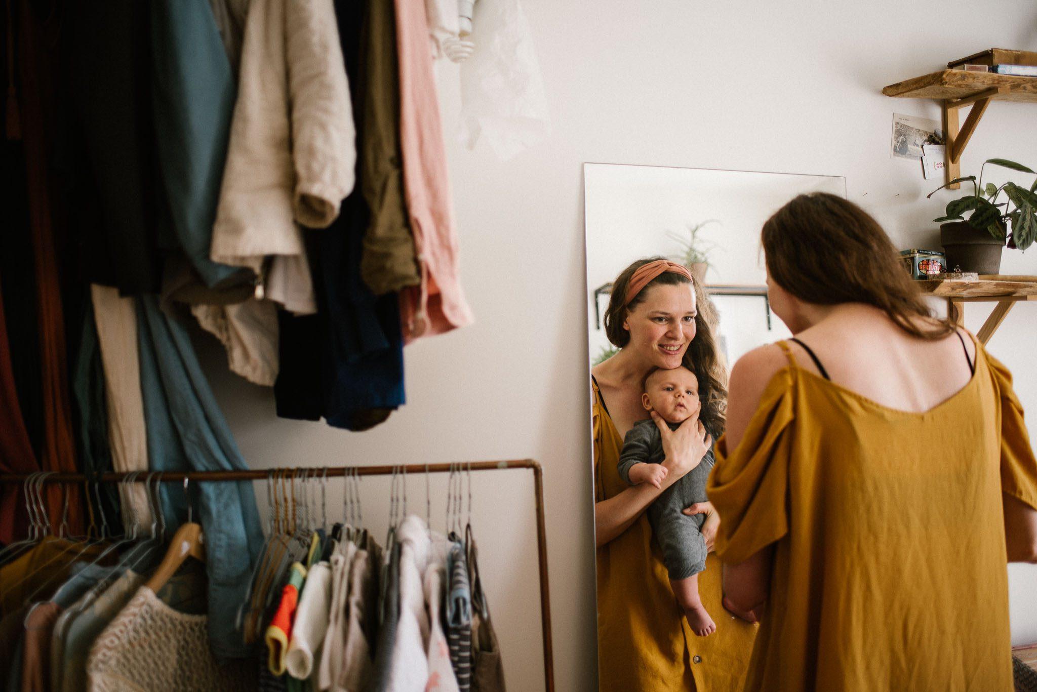 Mama i synek przeglądają się w lustrze - Sesja niemowlęca lifestyle w domu Poznań