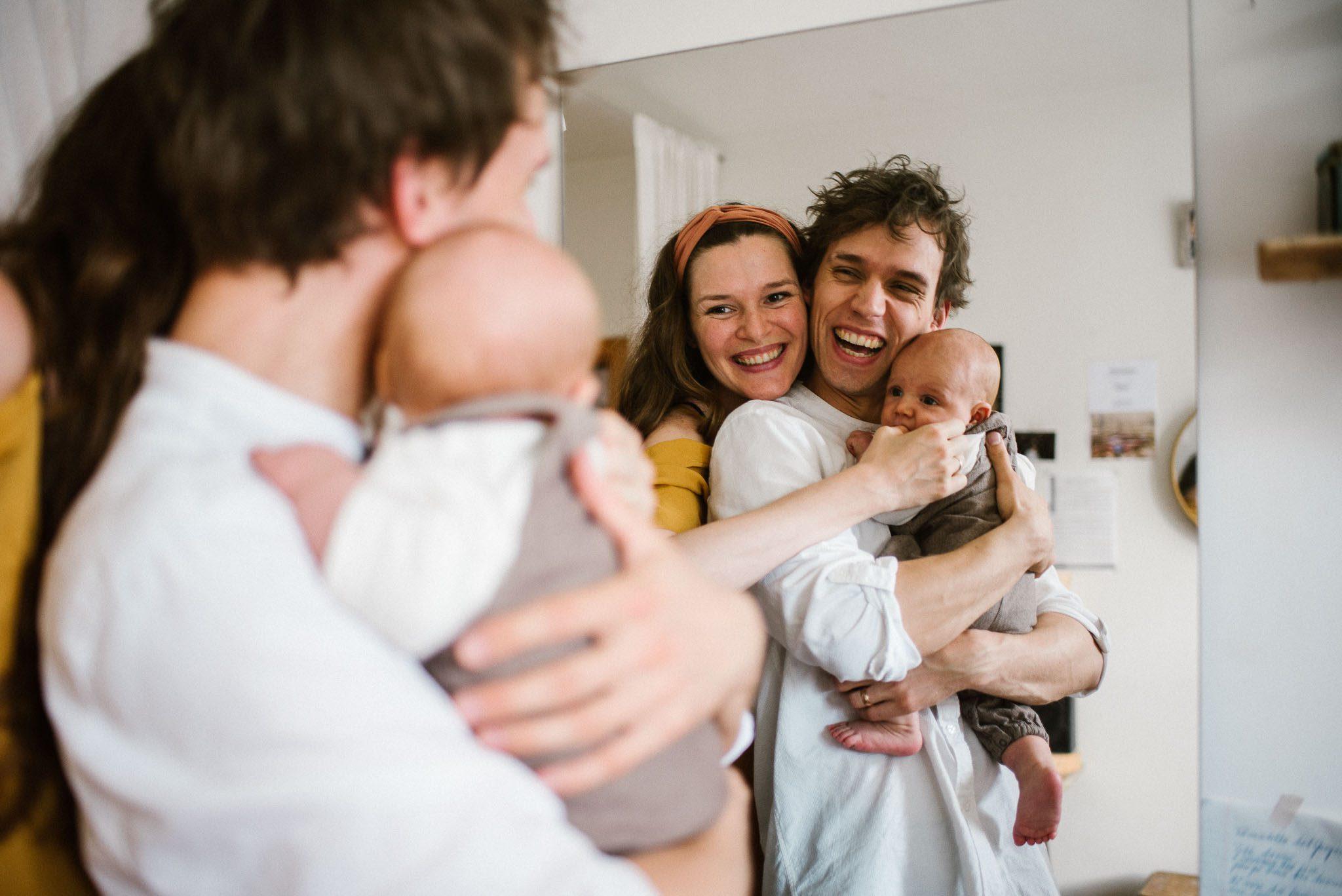 Portret rodzinny w lustrze - Sesja niemowlęca lifestyle w domu Poznań