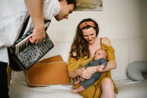 Tata gra dla synka na akordeonie - Sesja niemowlęca lifestyle w domu Poznań