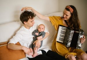 mama gra dla synka na akordeonie - Sesja niemowlęca lifestyle w domu Poznań