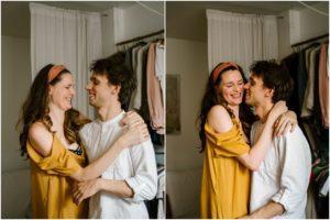 Mąż i żona przytulają się - Sesja niemowlęca lifestyle w domu Poznań