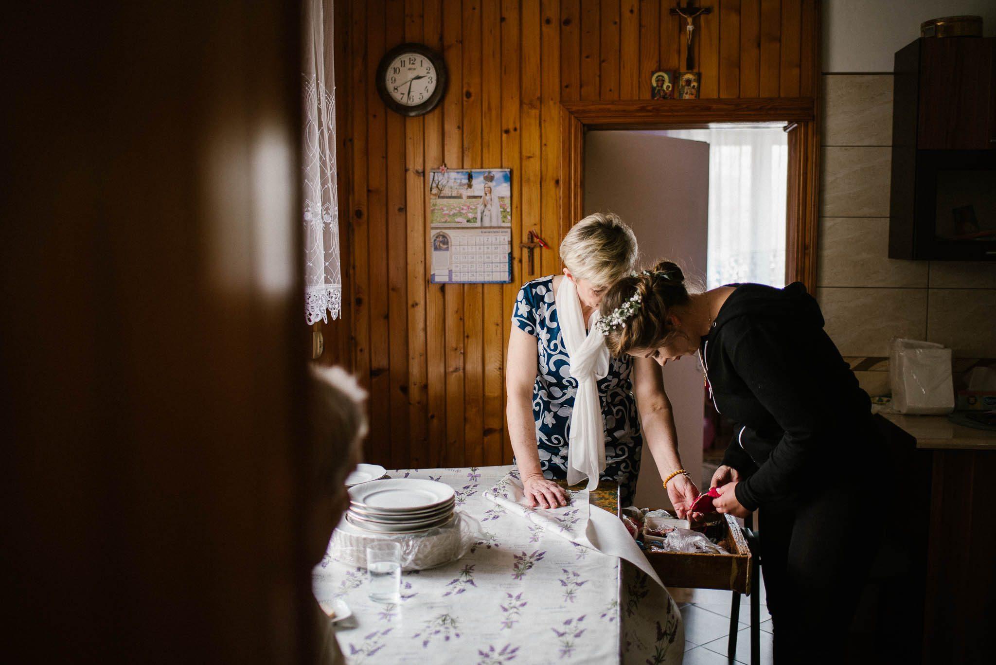 Panna młoda w kuchni z mamą - sesja ślubna reportaż Żuczki Inowrocław