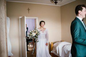 Pan młody zaraz zobaczy pannę młodą w sukni ślubnej - sesja ślubna reportaż Żuczki Inowrocław