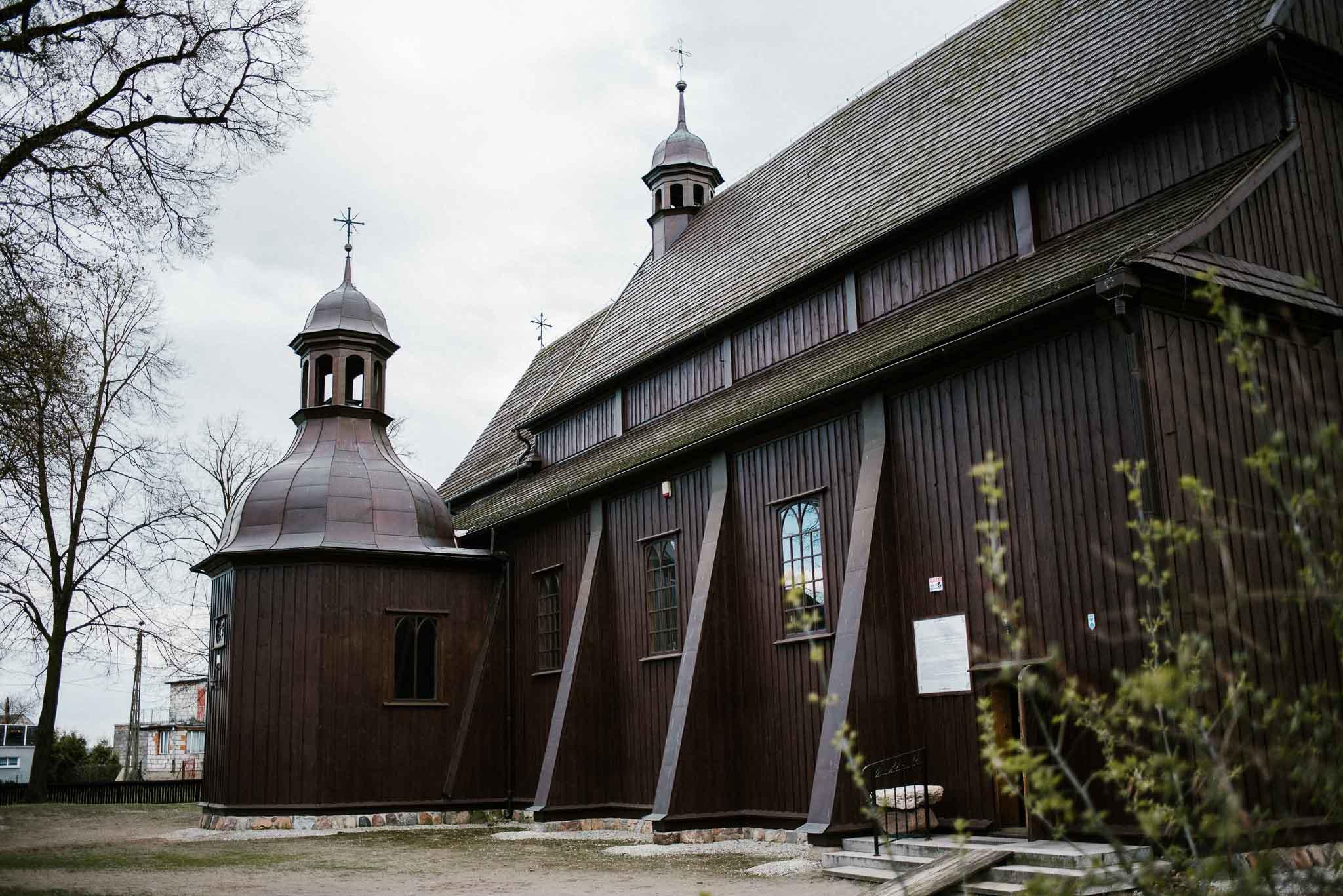 Stary drewniany kościół - sesja ślubna reportaż Żuczki Inowrocław