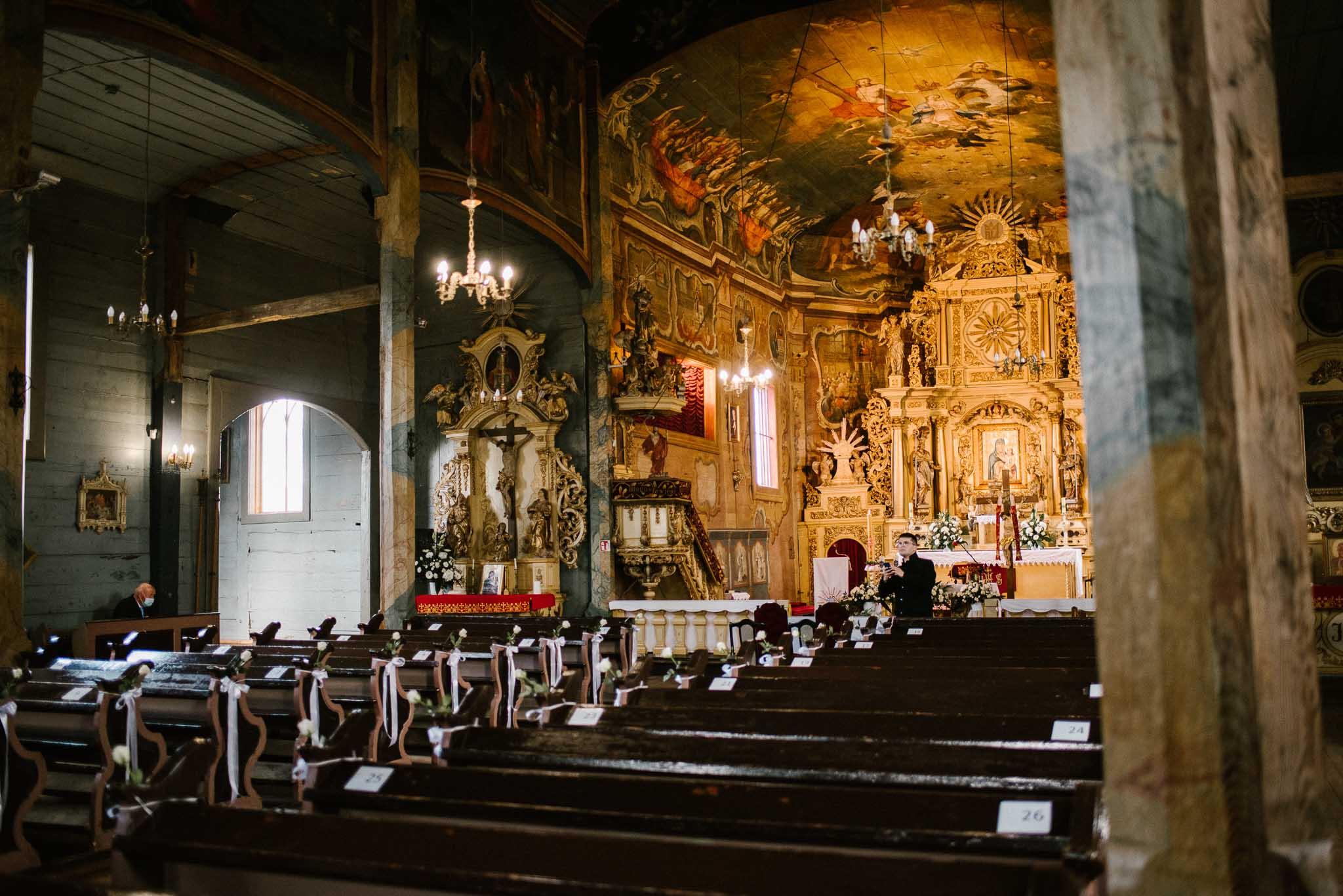 Wnętrze kościoła przed ślubem - sesja ślubna reportaż Żuczki Inowrocław