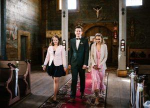Pan młody ze świadkami idzie do ołtarza - sesja ślubna reportaż Żuczki Inowrocław