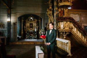 Pan młody czeka na pannę młodą przed ołtarzem - sesja ślubna reportaż Żuczki Inowrocław