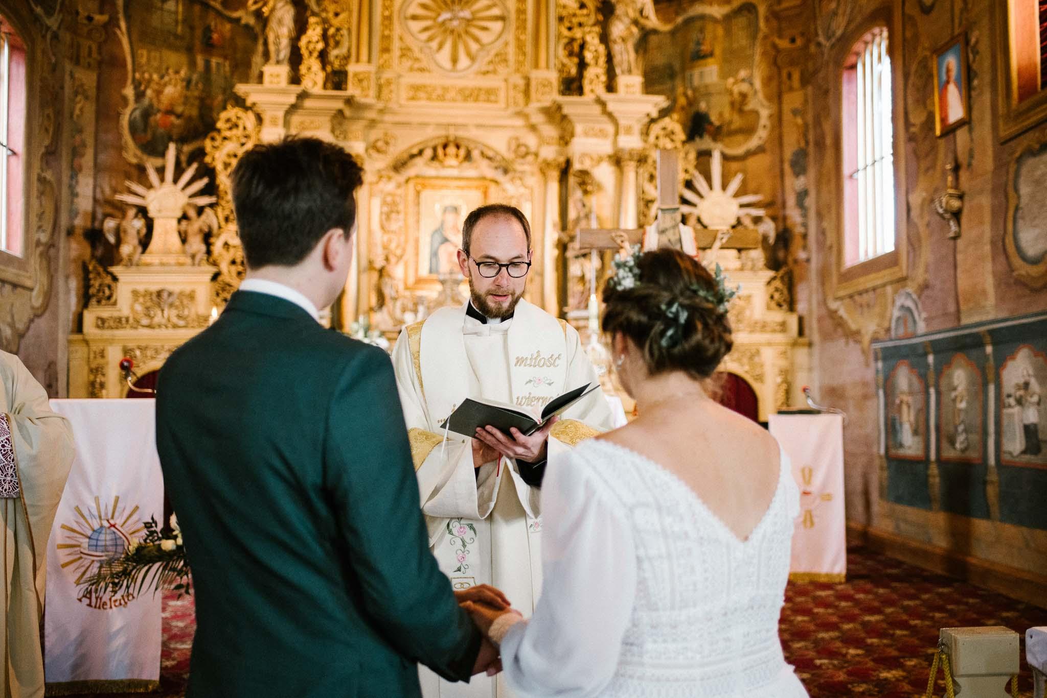 Para młoda przed ołtarzem - sesja ślubna reportaż Żuczki Inowrocław