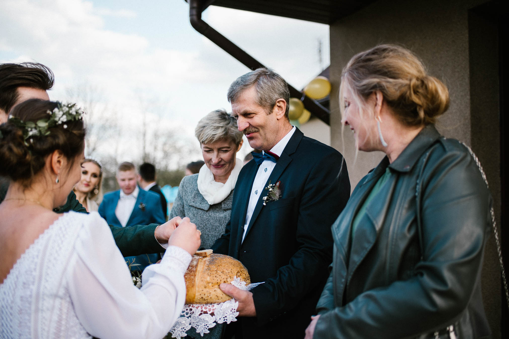Przywitanie chlebem i solą przez rodziców - sesja ślubna reportaż Żuczki Inowrocław