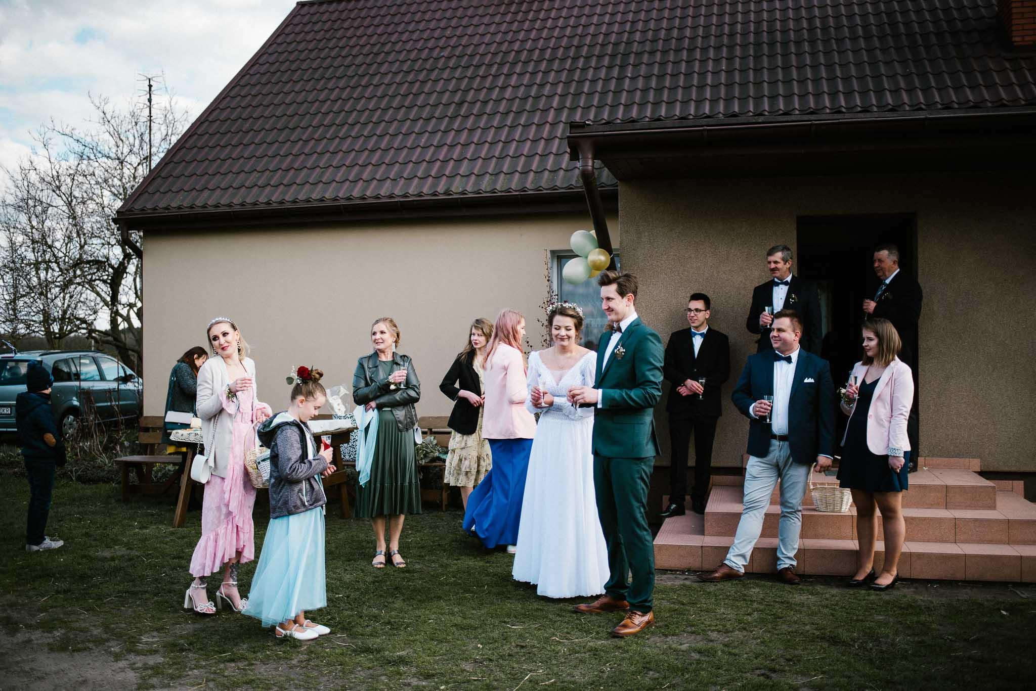 Goście składają życzenia - sesja ślubna reportaż Żuczki Inowrocław