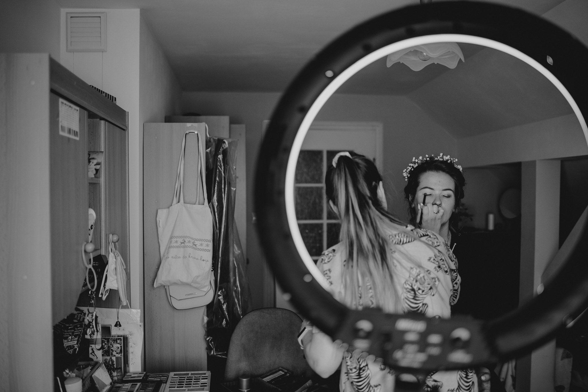 Panna młoda ma wykonywany makijaż - sesja ślubna reportaż Żuczki Inowrocław