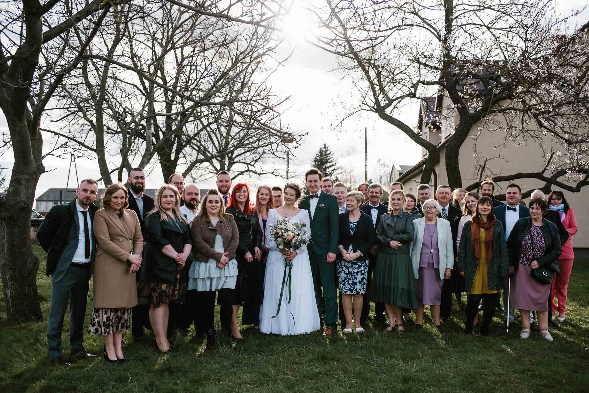 Grupowe zdjęcie ślubne całej rodziny - sesja ślubna reportaż Żuczki Inowrocław