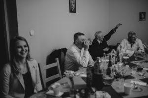 Goście przy stole na przyjęciu weselnym - sesja ślubna reportaż Żuczki Inowrocław