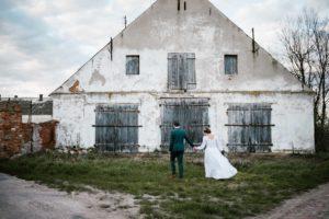 Sesja ślubna w plenerze przy starym budynku - sesja ślubna reportaż Żuczki Inowrocław