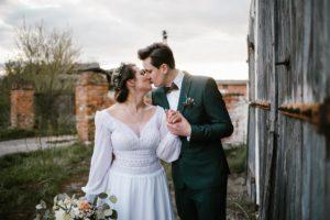 Para młoda się całuje - sesja ślubna reportaż Żuczki Inowrocław