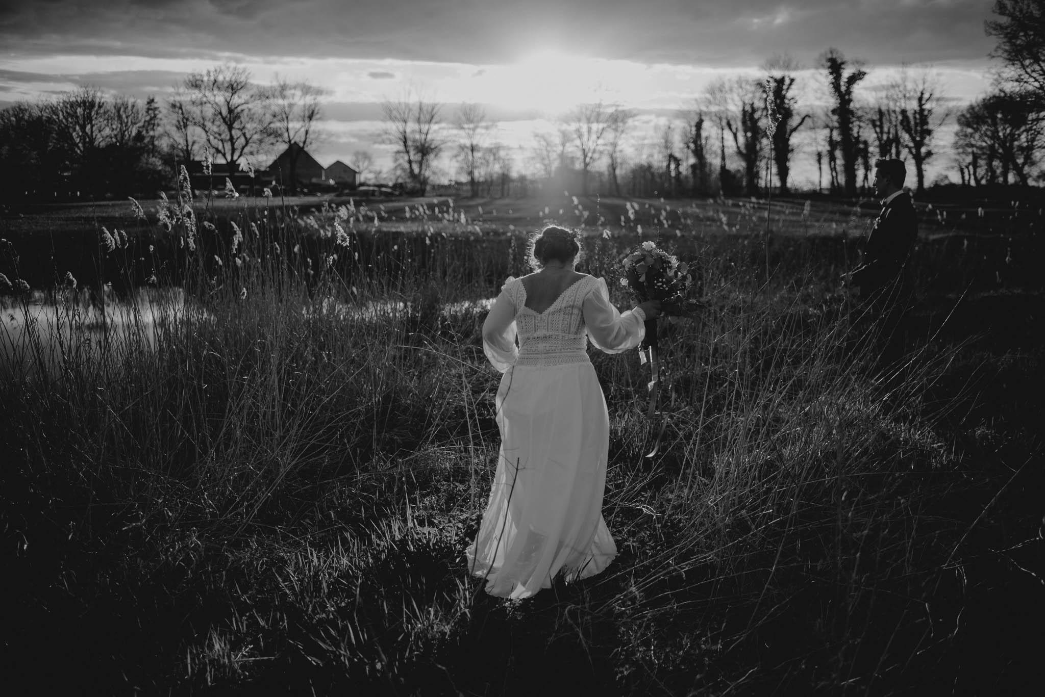 Panna młoda biegnie przez łąkę - sesja ślubna reportaż Żuczki Inowrocław