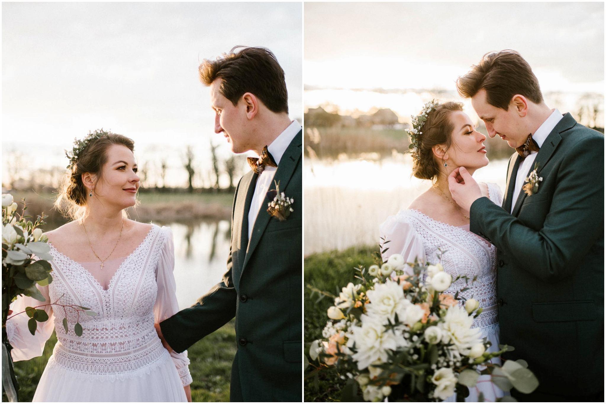 Państwo młodzi całują się na tle stawu -sesja ślubna reportaż Żuczki Inowrocław
