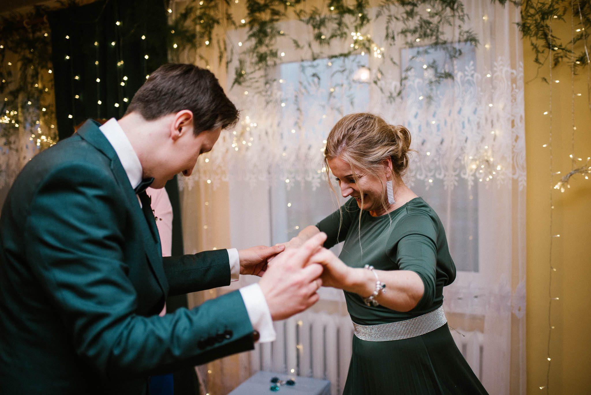Pan młody tańczy z mamą - sesja ślubna reportaż Żuczki Inowrocław