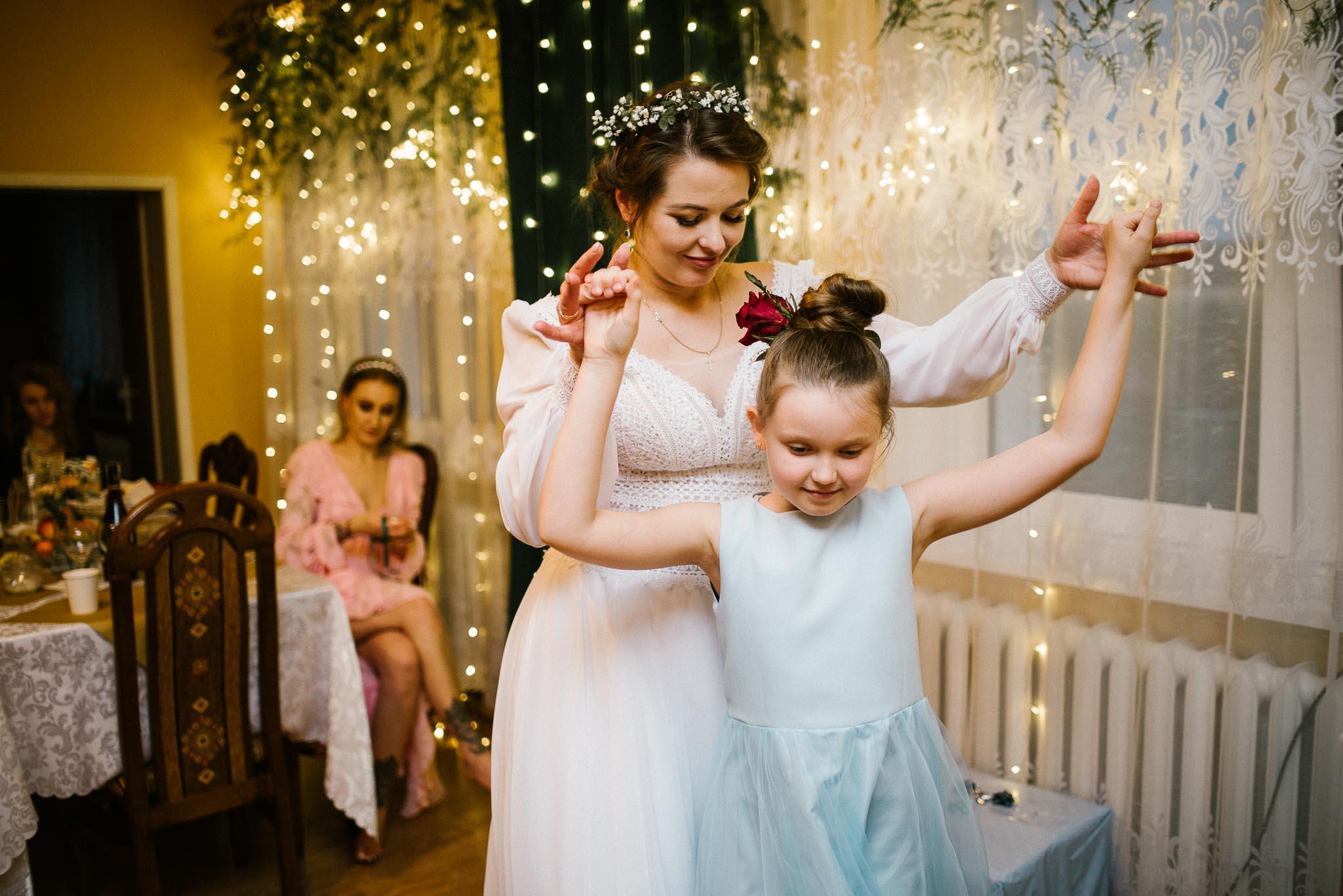 Panna młoda tańczy z dziewczynką - sesja ślubna reportaż Żuczki Inowrocław