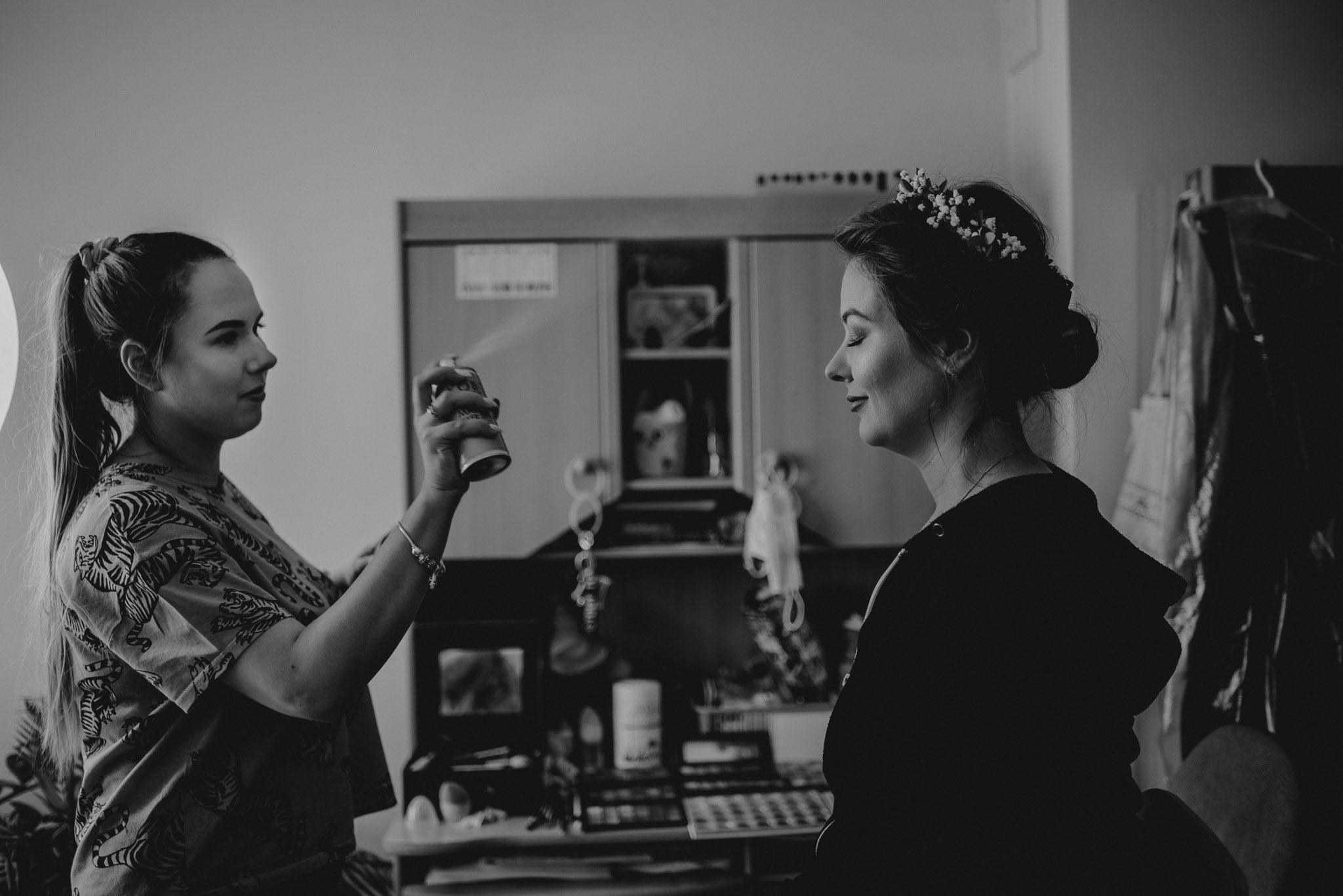 Makijażystka maluje pannę młodą - sesja ślubna reportaż Żuczki Inowrocław