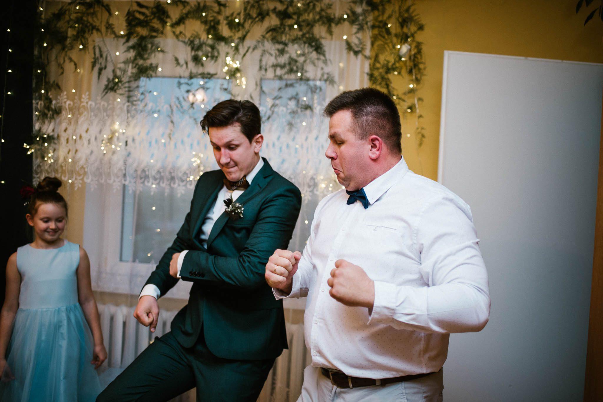 Pan młody tańczy z przyjacielem - sesja ślubna reportaż Żuczki Inowrocław