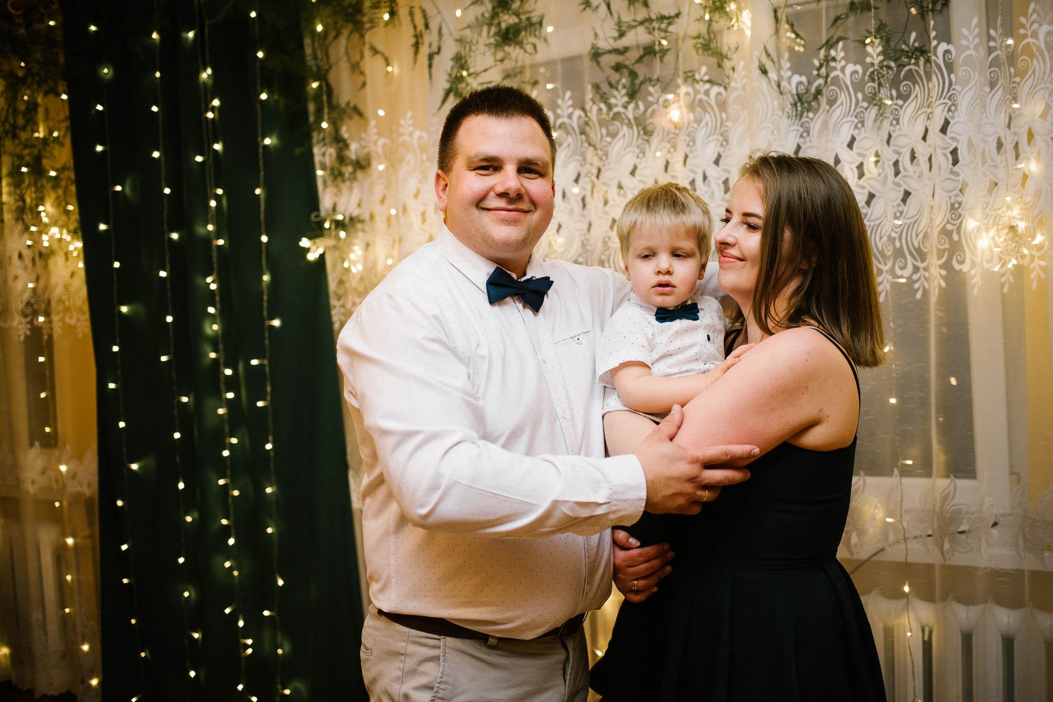 Goście na przyjęciu weselnym w domu - sesja ślubna reportaż Żuczki Inowrocław