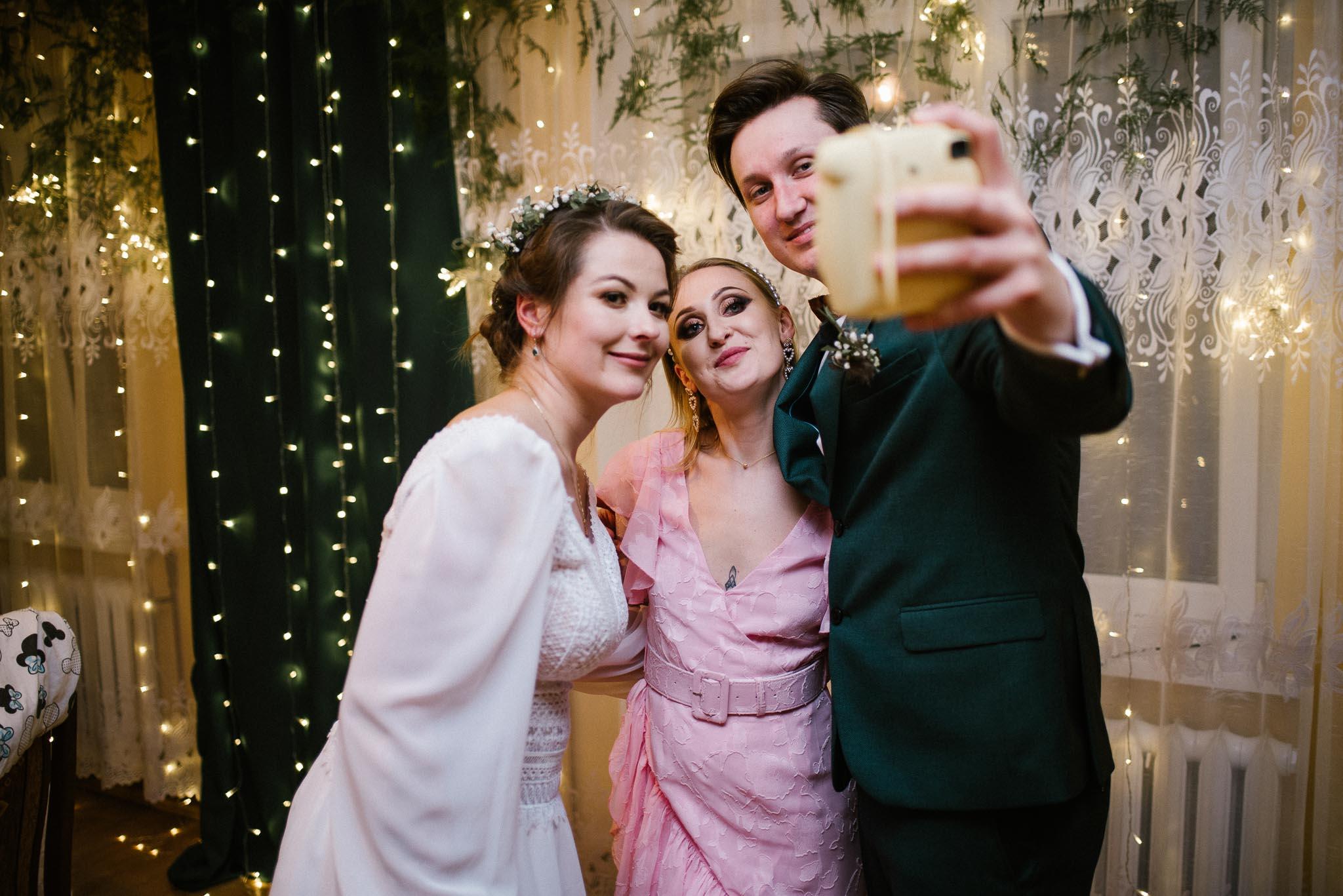 Para młoda robi selfie ze świadkową - sesja ślubna reportaż Żuczki Inowrocław