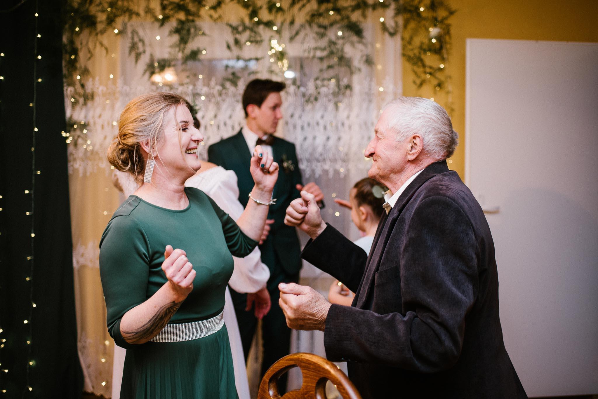 Mama tańczy z dziadkiem na weselu -sesja ślubna reportaż Żuczki Inowrocław