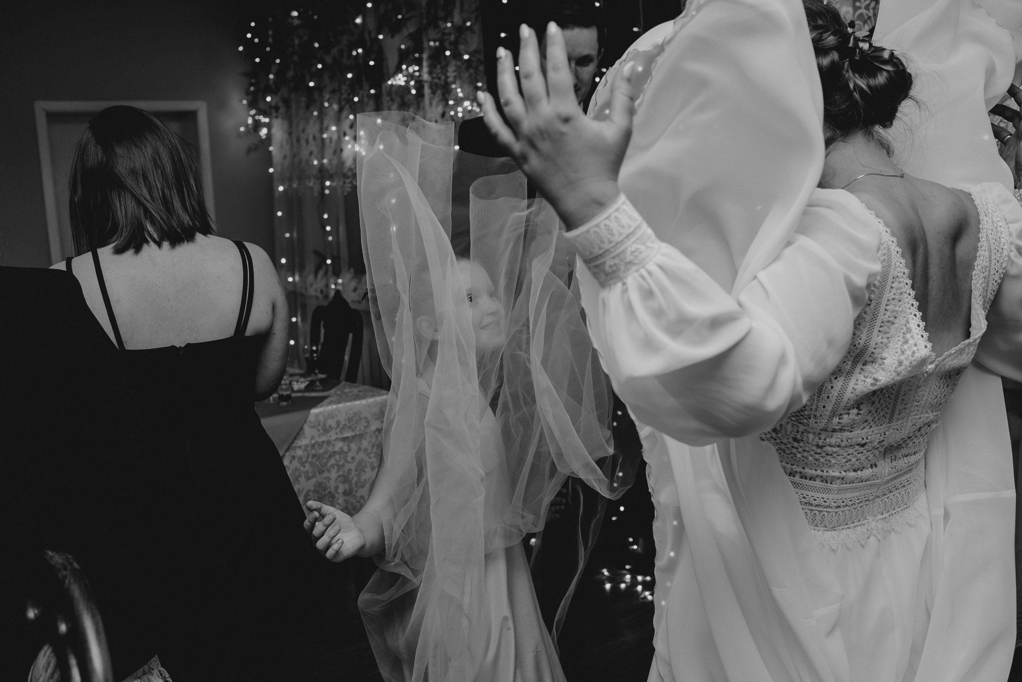 Panna młoda podrzuca spódnicę sukni do góry podczas tańca na przyjęciu weselnym - sesja ślubna reportaż Żuczki Inowrocław