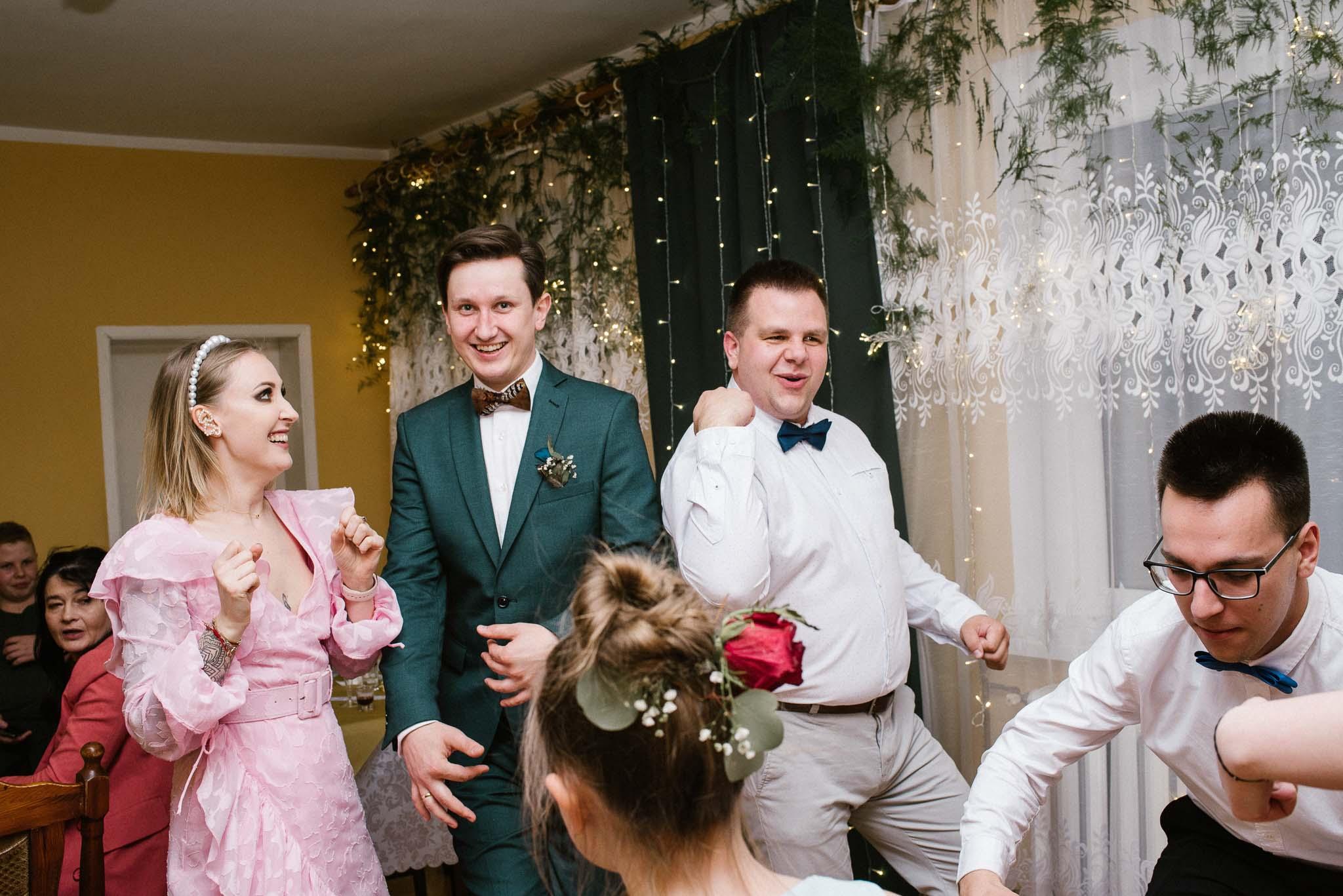 Goście tańczą na weselu -sesja ślubna reportaż Żuczki Inowrocław