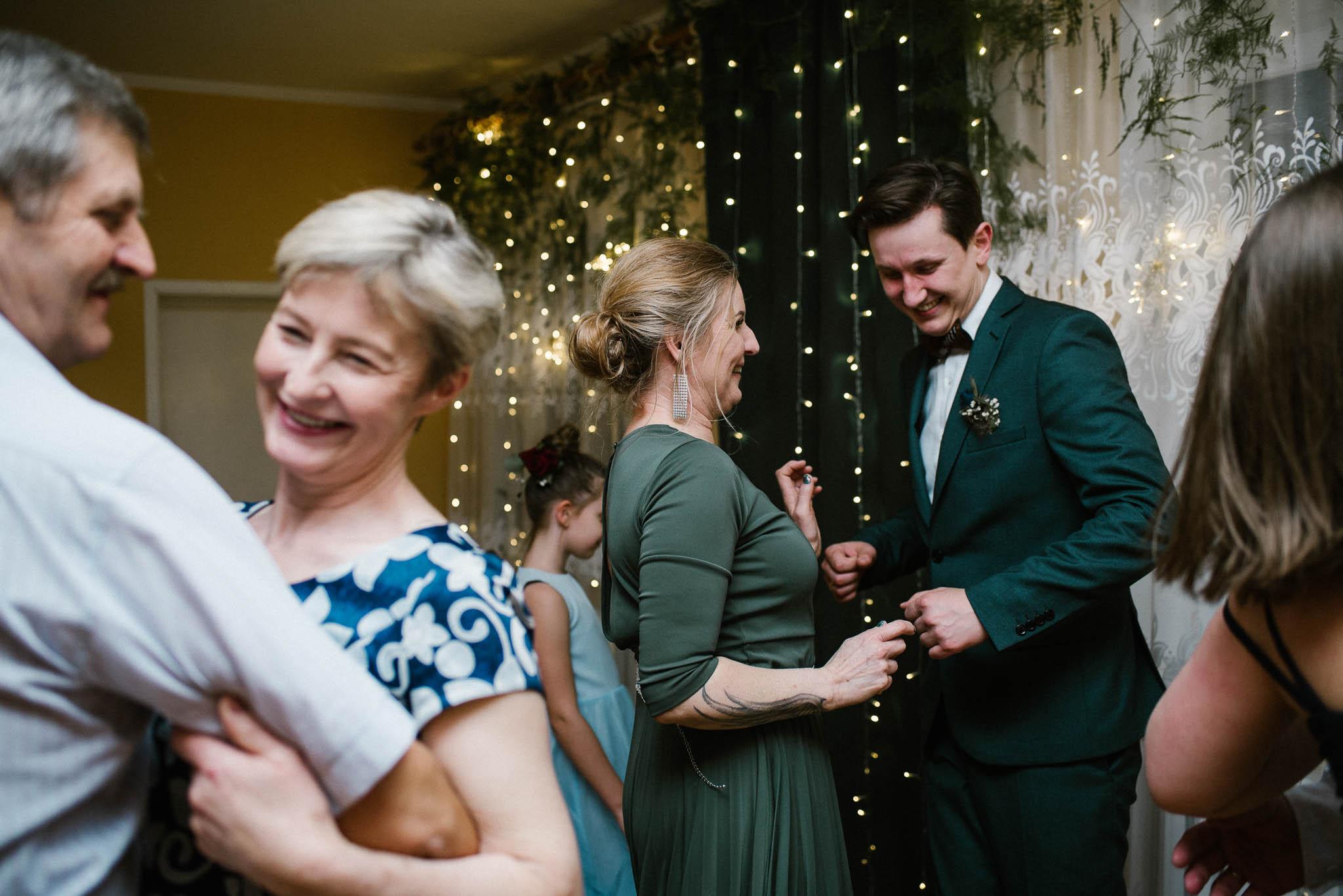 Goście tańczą na weselu - sesja ślubna reportaż Żuczki Inowrocław