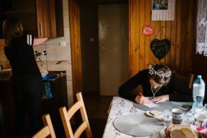 Panna młoda siedzi przy stole w domu - sesja ślubna reportaż Żuczki Inowrocław
