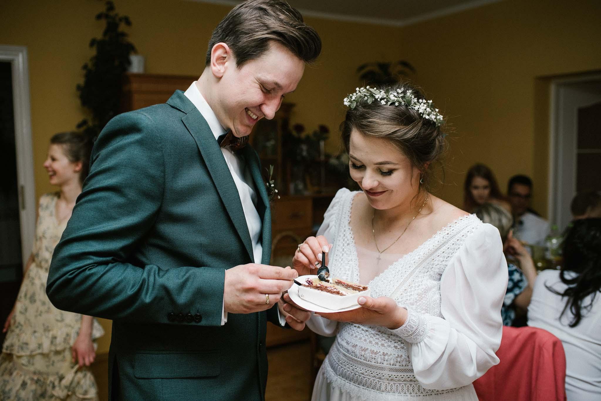 Para młoda częstuje się tortem - sesja ślubna reportaż Żuczki Inowrocław