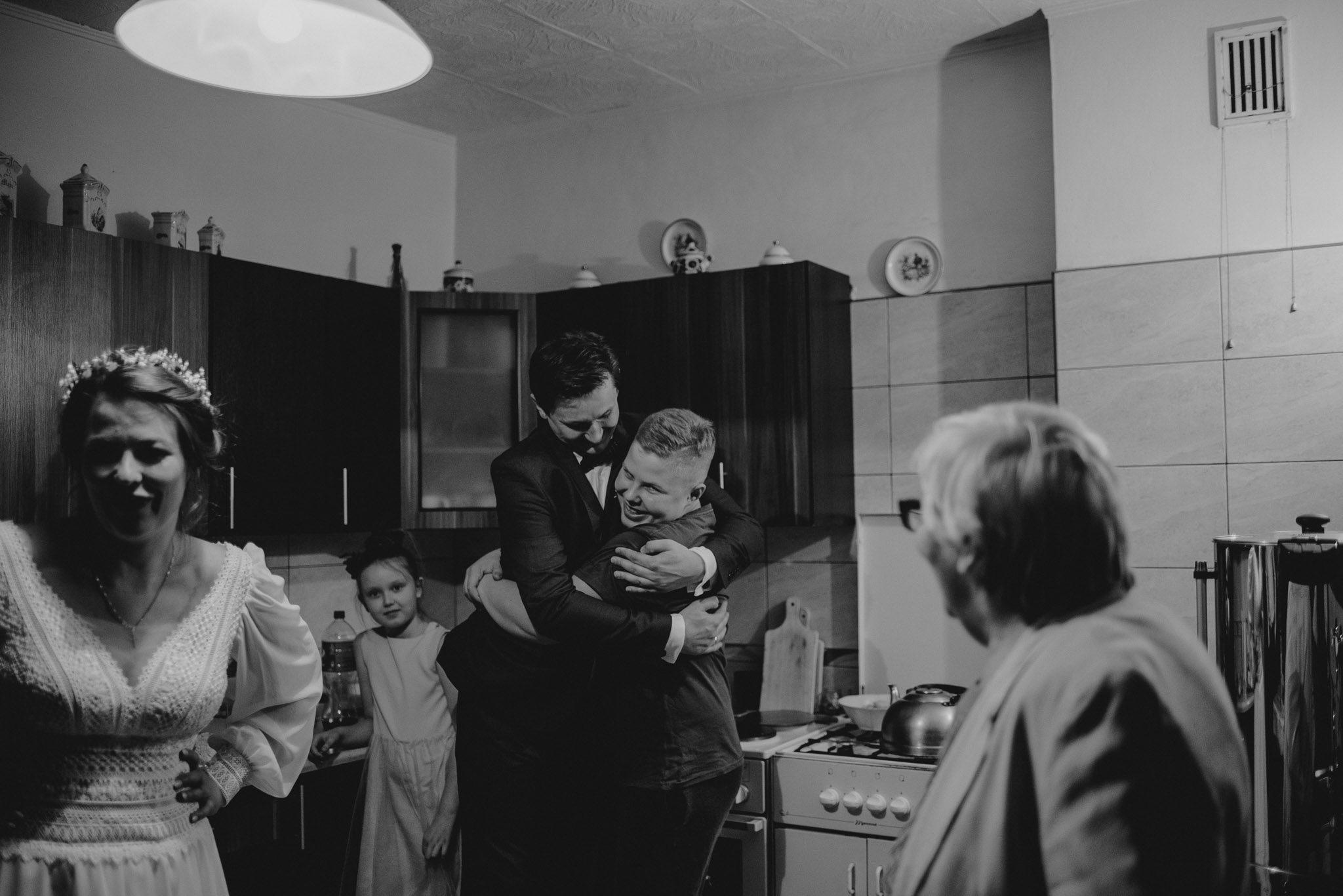 Impreza ślubna przeniosła się do kuchni -sesja ślubna reportaż Żuczki Inowrocław