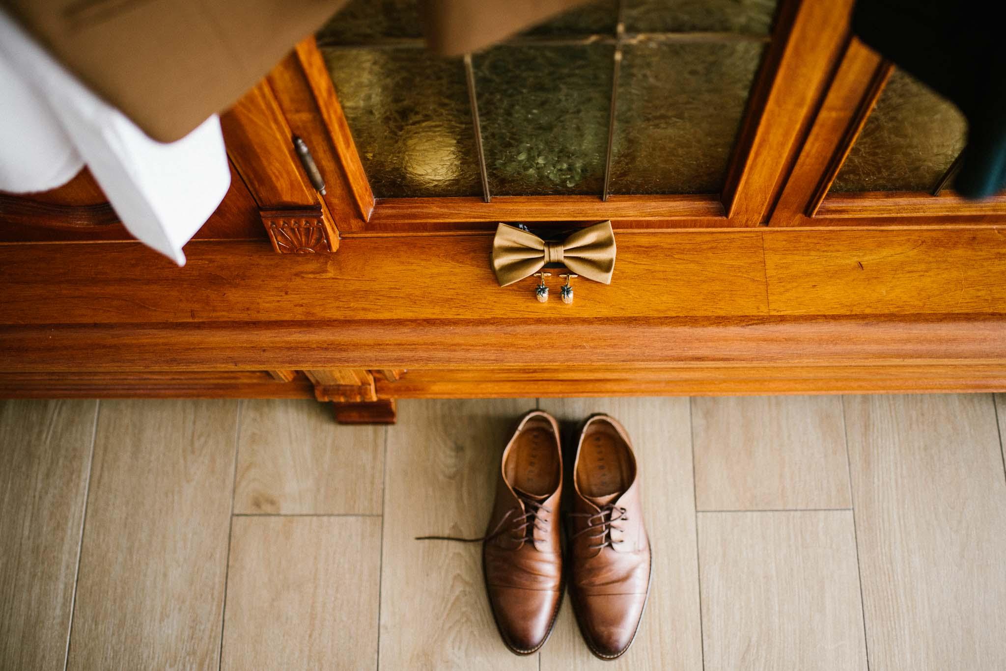 Buty ślubne, mucha i spinki do mankietów pana młodego - ślub w Stodole Bojanowo