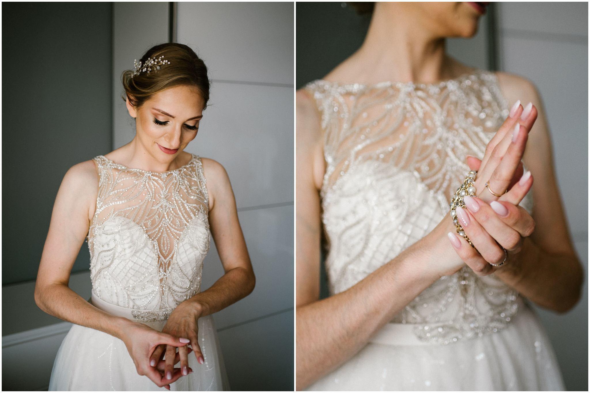 Panna młoda zakłada bransoletkę z perłami - ślub w Stodole Bojanowo