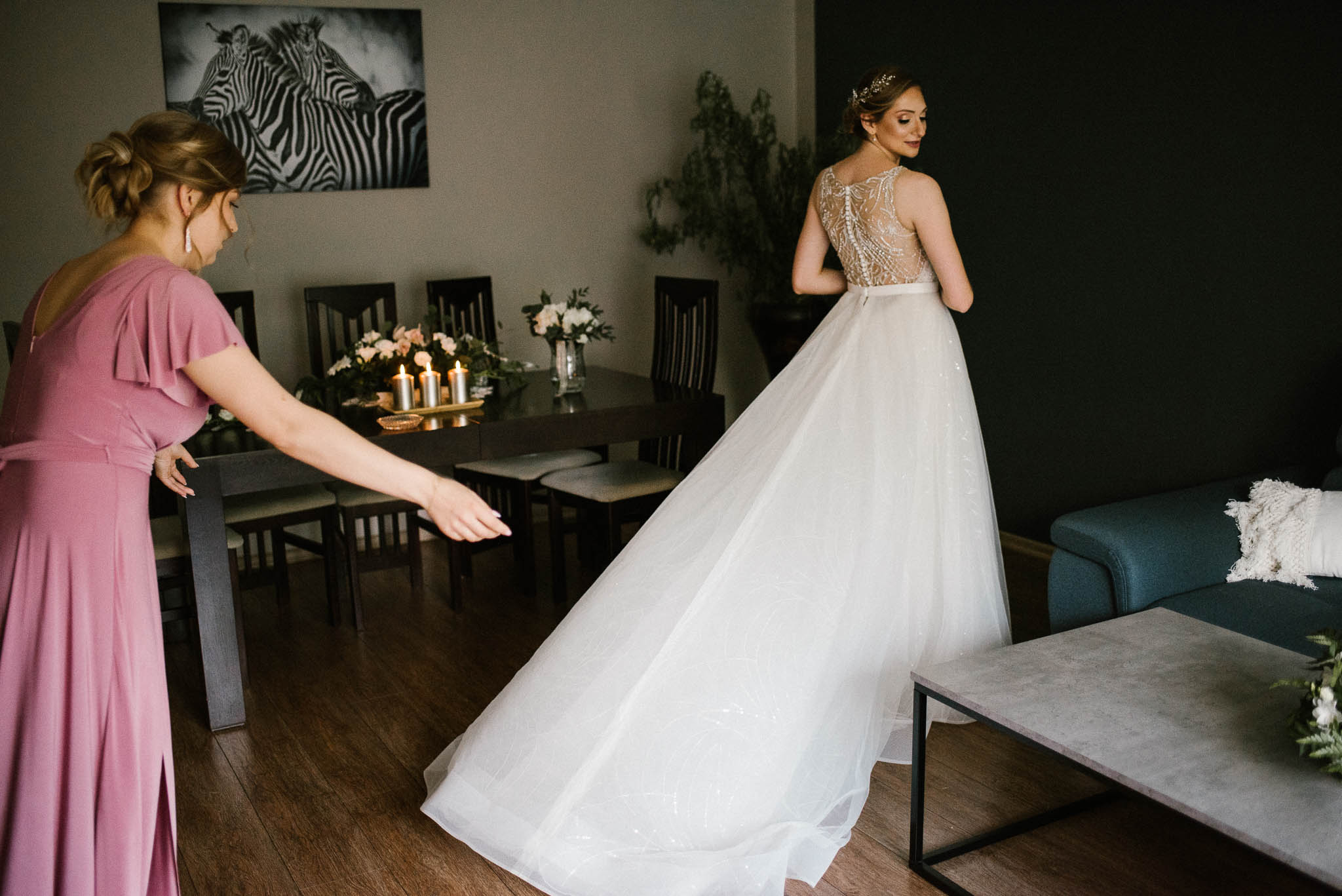 Świadkowa poprawia tren sukni ślubnej - ślub w Stodole Bojanowo