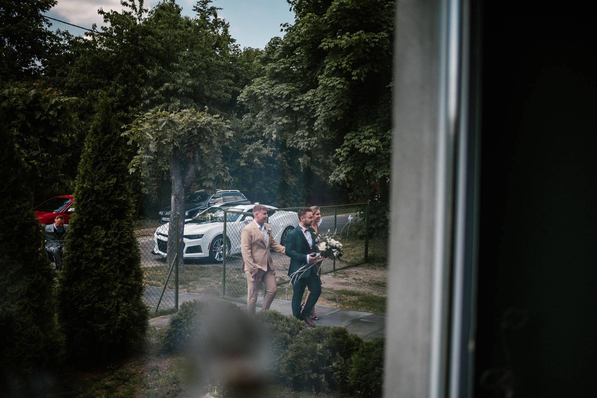 Pan młody przyjeżdża do panny młodej - ślub w Stodole Bojanowo
