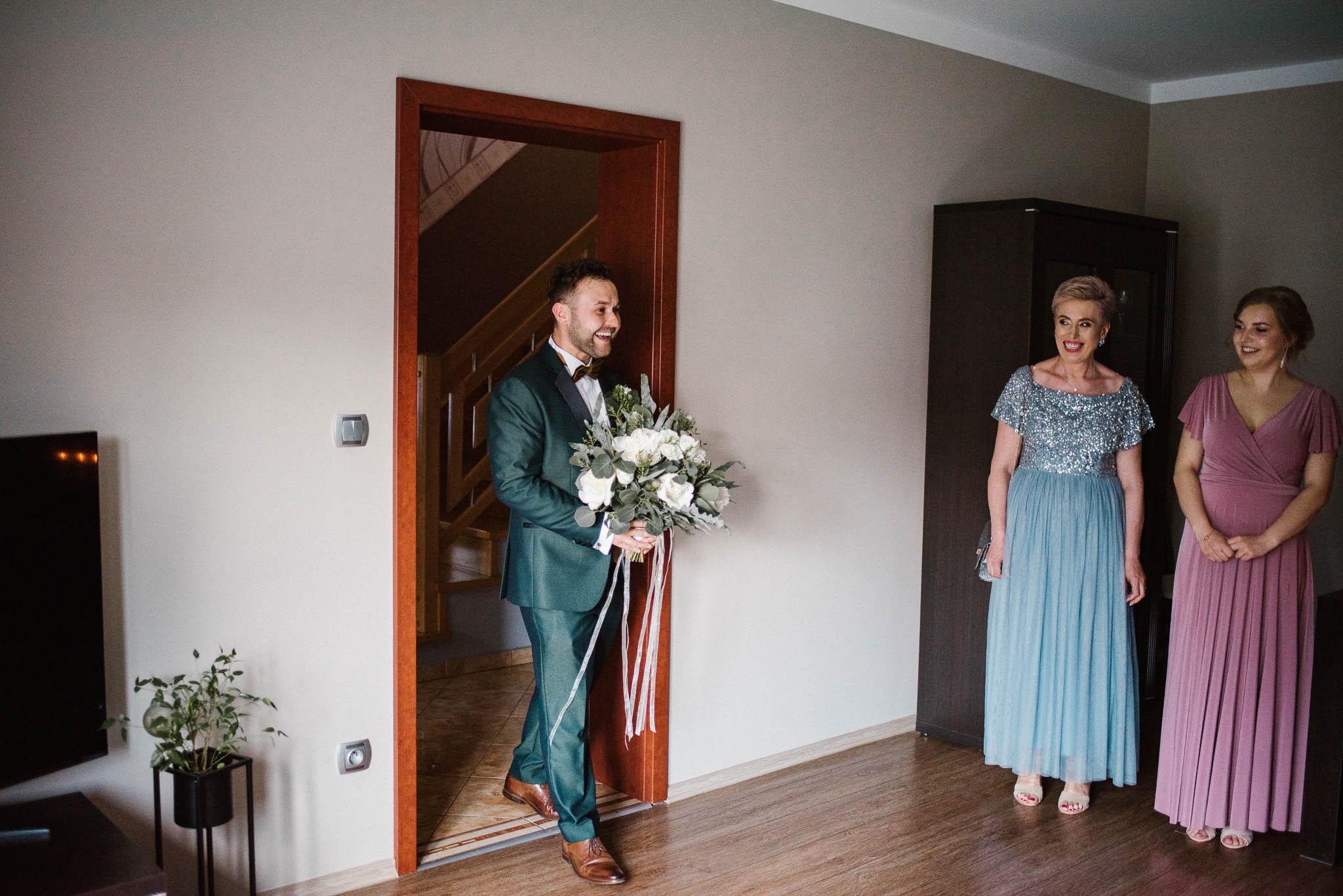 Pan młody jest zaskoczony, jak panna młoda pięknie wygląda - ślub w Stodole Bojanowo
