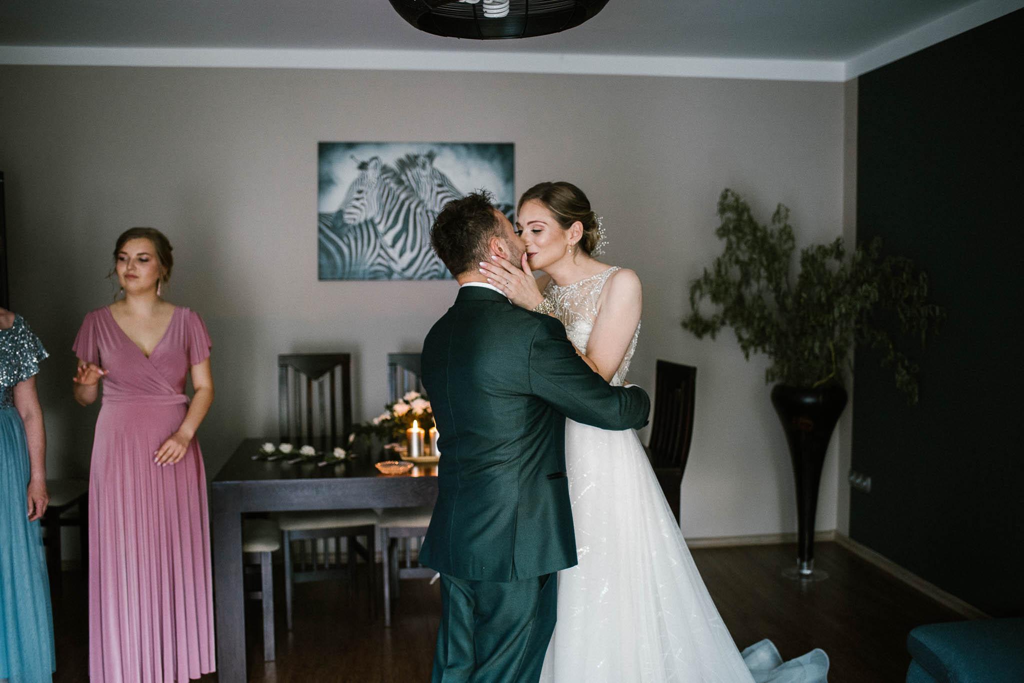 Para młoda się całuje - ślub w Stodole Bojanowo