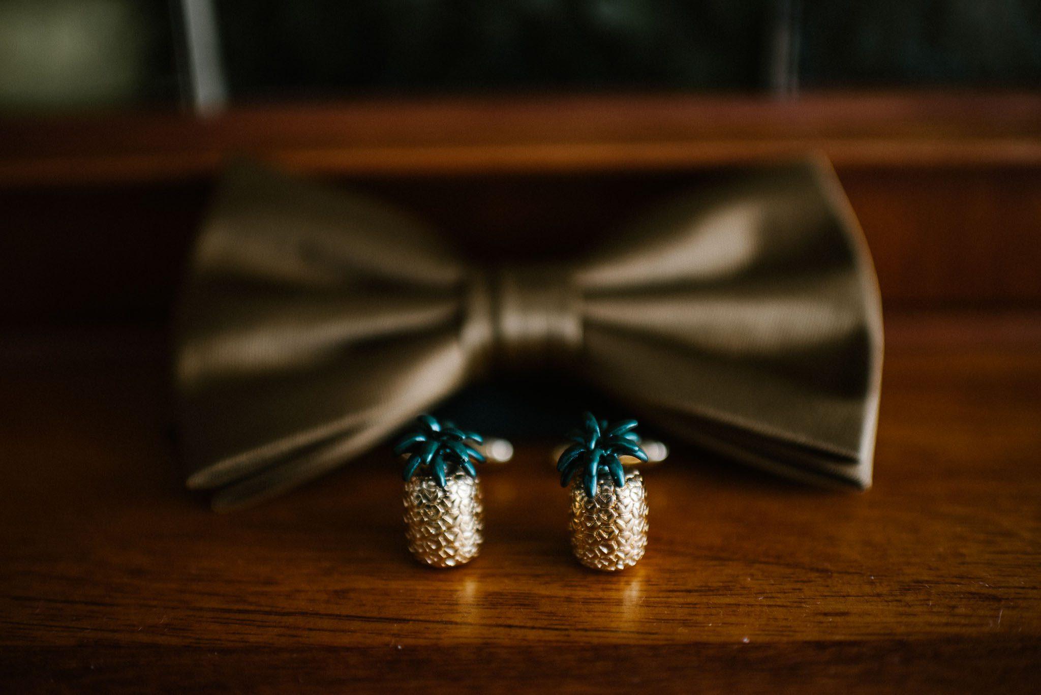 Muszka i spinki do mankietów w kształcie ananasa -ślub w Stodole Bojanowo