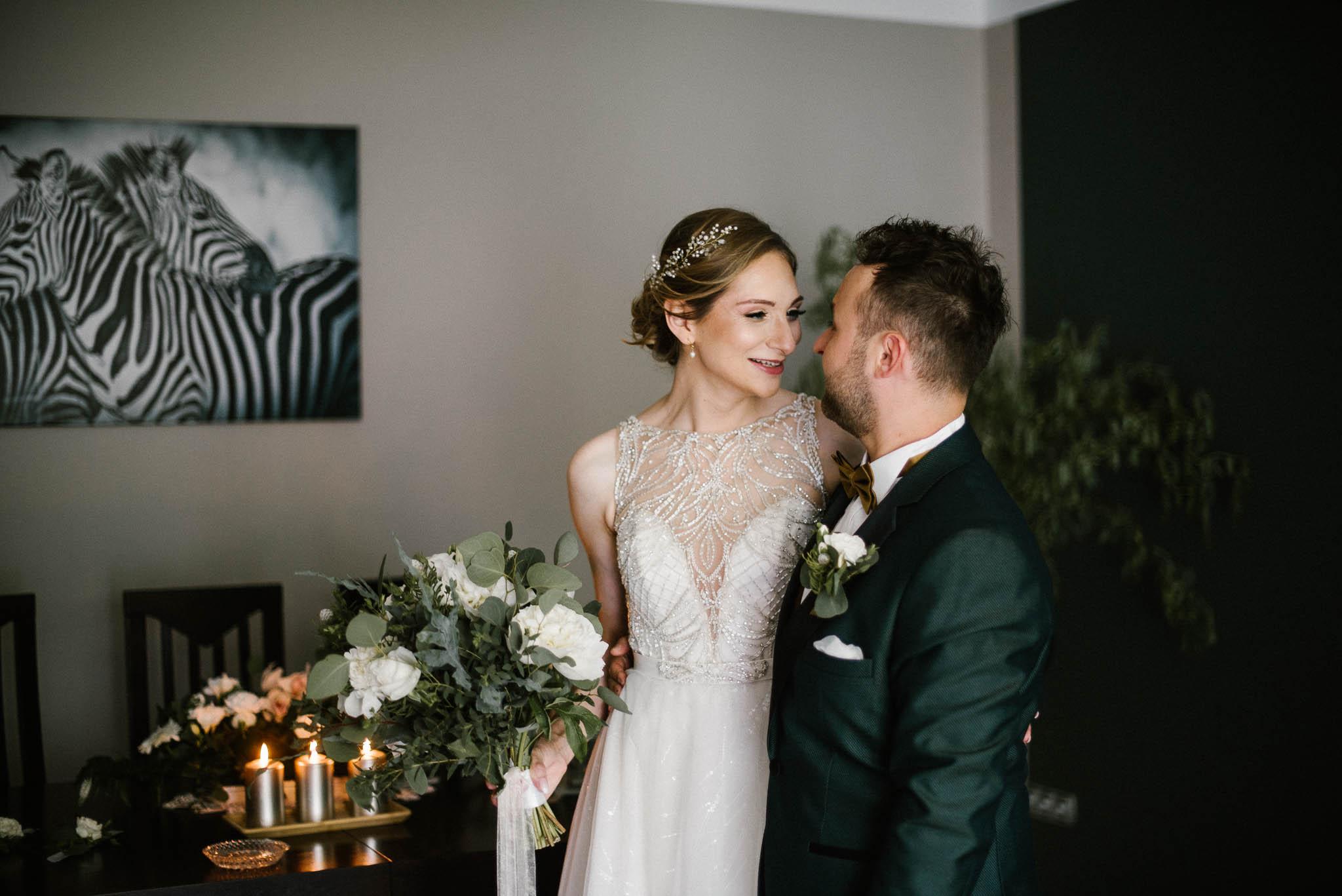 Para młoda patrzy sobie w oczy - ślub w Stodole Bojanowo