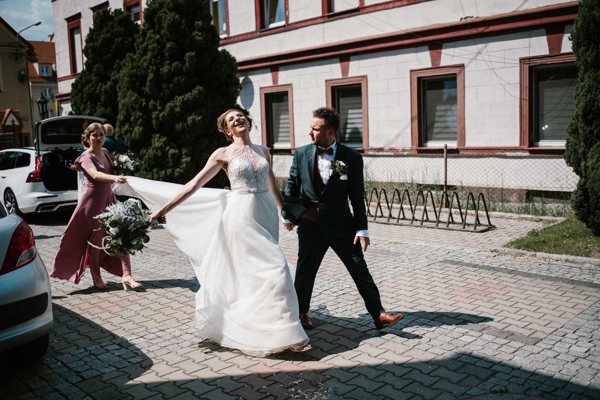 Panna młoda kroczy do kościoła - ślub w Stodole Bojanowo